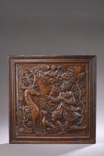 PANNEAU en noyer sculpté en bas-relief représentant...