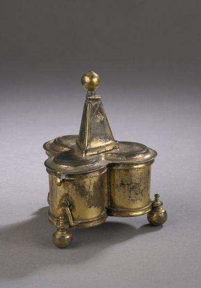 COFFRET aux saintes huiles en laiton doré...