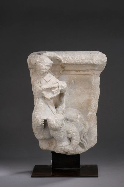 FRAGMENT de chapiteau en pierre calcaire...
