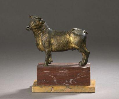TAUREAU en bronze ciselé et doré. Tête légèrement...