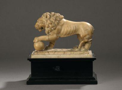 LION en albâtre sculpté en ronde-bosse sur...