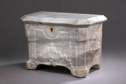BOÎTE à viscères en marbre blanc veiné gris....