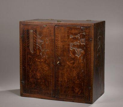 CABINET en bois de cyprès sculpté en méplat...