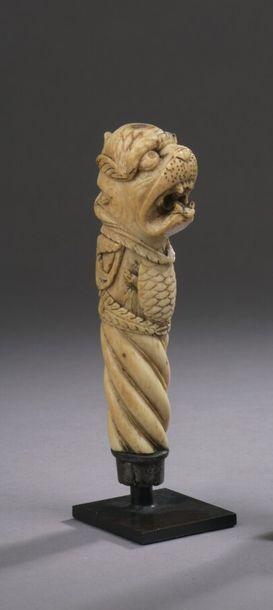 MANCHE de dague en ivoire sculpté à décor...