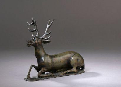 STATUETTE de cerf couché en bronze à patine...