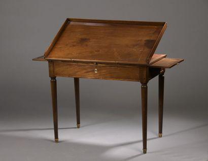 TABLE DE LECTURE formant bureau en acajou...