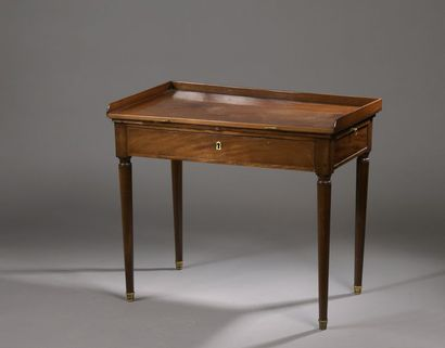 READING TABLE forming a desk in mahogany and mahogany veneer, opening by two side...