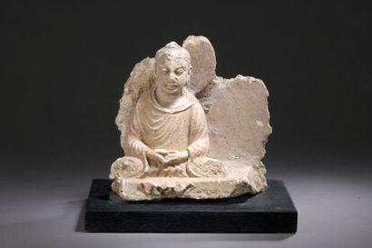 INDE - GANDHARA, art gréco-bouddhique, IIe/IVe siècle Fragment en stuc à traces...