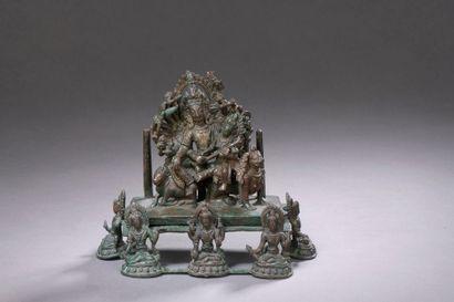 NÉPAL - XVIIe siècle Groupe en bronze à patine...