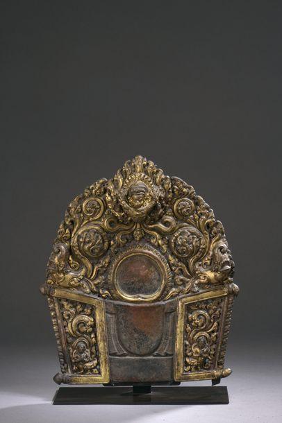 NÉPAL - XVIIe siècle Mandorle en cuivre doré...