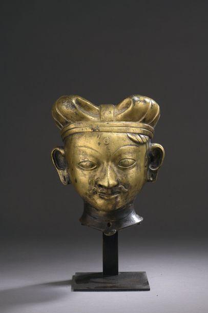 NÉPAL - XVIIe siècle Tête en bronze doré...