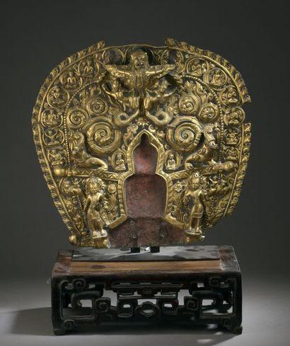 TIBET - XVe siècle Mandorle en cuivre repoussé...