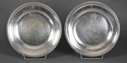 Paire de grands plats ronds creux en argent...
