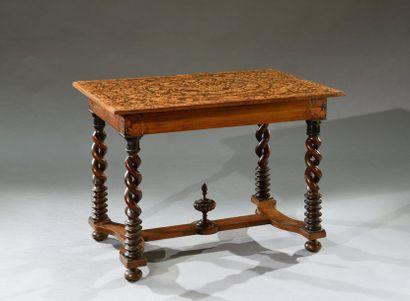 Table rectangulaire, le piètement à doubles torsades ajourées et base annelée, entretoise...