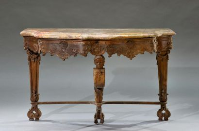 Console en bois naturel sculpté, la ceinture mouvementée et découpée à décor de...