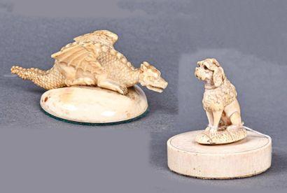 ** Deux petits sujets en ivoire : l'un représentant un caniche assis sur une terrasse...