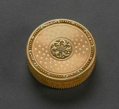 Boîte ronde en or jaune, l'avers à décor...