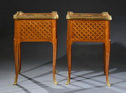 Rare paire de tables de salon, les montants et les pieds galbés cambrés en placage...