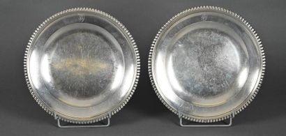 Paire de de grands plats ronds creux en argent à moulures de godrons, monogrammés...