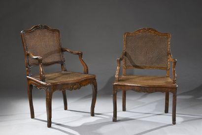 Deux fauteuils cannés à dossier plat en hêtre...