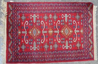 PAKISTAN - KARACHIE Tapis en laine à motif...