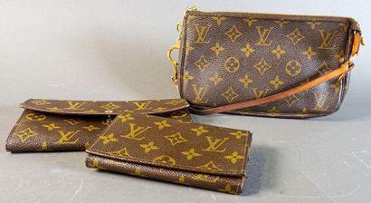 LOUIS VUITTON Lot comprenant un petit sac pochette en toile monogram et cuir naturel,...