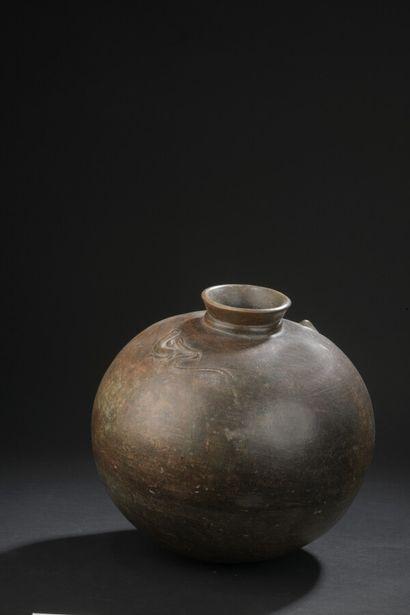 Vase globulaire à col tronconique, décoré...