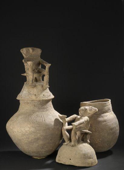 Deux urnes funéraires anthropomorphes  Région...