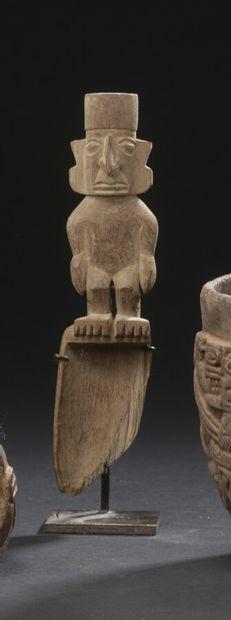 Cuillère ornée d'un personnage debout  Culture Huari, Pérou  Horizon moyen, 600...