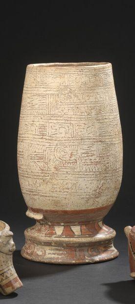 Vase sur piédouche de forme ovoïde à décor...