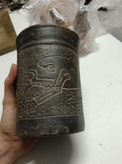 Vase cylindrique à décor gravé de crânes  Péninsule de Nicoya, Costa Rica  Début...