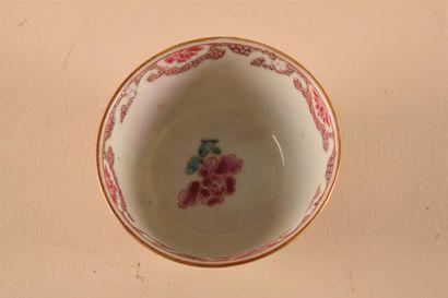 CHINE  Sorbet en porcelaine à décor polychrome des émaux de la famille rose de pivoine...