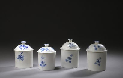 MENNECY, SCEAUX ET BOURG-LA-REINE  Qutre pots à pommade couverts en porcelaine tendre...