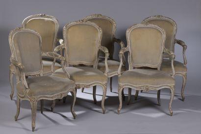 Suite de six fauteuils à dossier en cabriolet en hêtre peint, les dossiers arrondis...