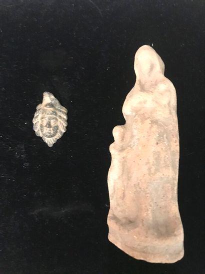 Lot comprenant une figurine féminine tenant...