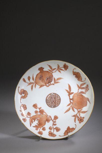 CHINE  Coupe circulaire en porcelaine à décor...