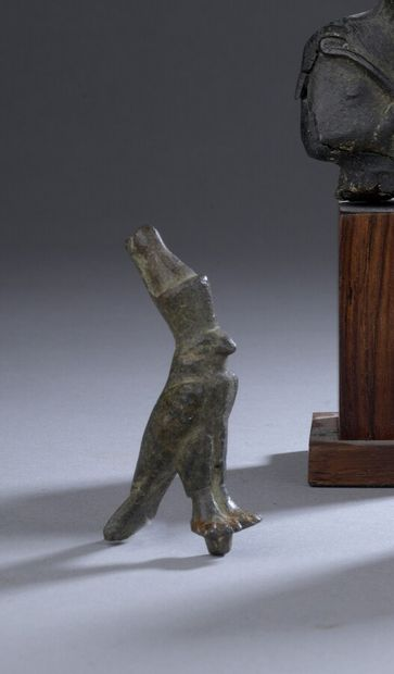 Figurine de faucon Horus coiffé de la couronne...