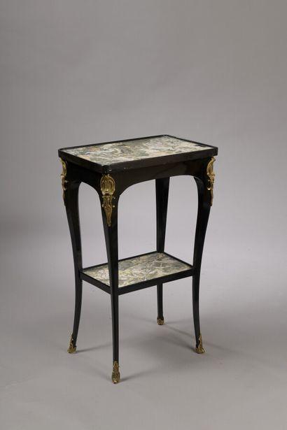 Petite table rectangulaire en bois noirci....