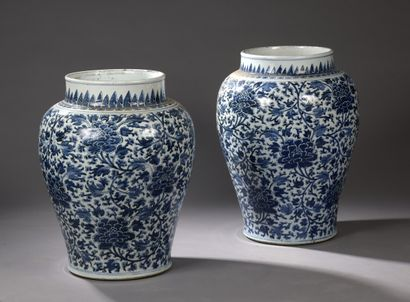 CHINE - Epoque KANGXI (1662 - 1722)  Paire de potiche balustres en porcelaine décorée...