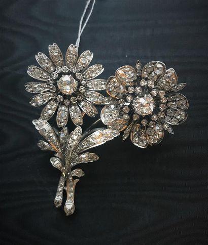 Broche en argent 925 millièmes à décor de fleurs entièrement sertie de diamants...