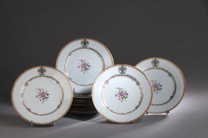 CHINE (Compagnie des Indes)  Ensemble de douze assiettes en porcelaine à décor polychrome...
