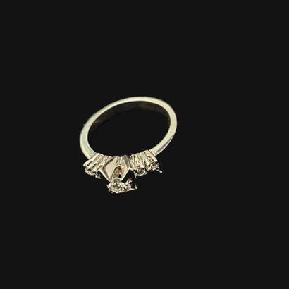 Bague en or blanc 750 millièmes centrée d'un...