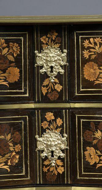 """Rare commode """" mazarine """" à façade en légère arbalète ouvrant à quatre tiroirs sur..."""