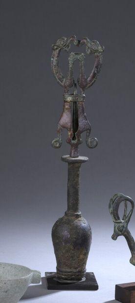 Idole porte-épingle présentant deux félins...