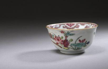 CHINE  Sorbet en porcelaine à décor polychrome...