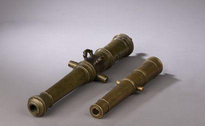 Modèle de canon en bronze à deux anses en dauphin et tourillons, gravé d'armoiries...