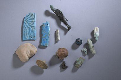 Lot comprenant un buste d'amulette de Sekhmet,...