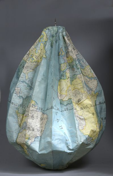 Globe gonflable en papier imprimé et colorié....