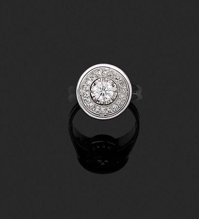 Bague en platine 950 millièmes et or blanc 750 millièmes formant une rosace sertie...