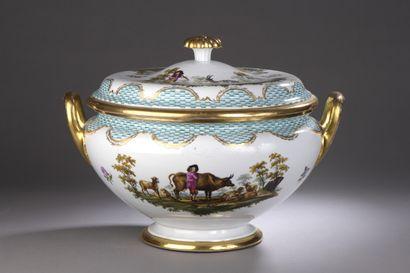 ALLEMAGNE  Grande soupière ronde couverte en porcelaine à décor polychrome de couples...